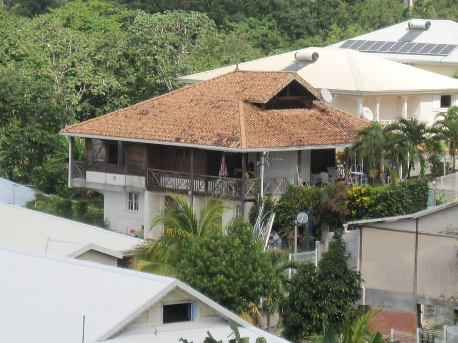 Vue de loin de la résidence en bois Brésil