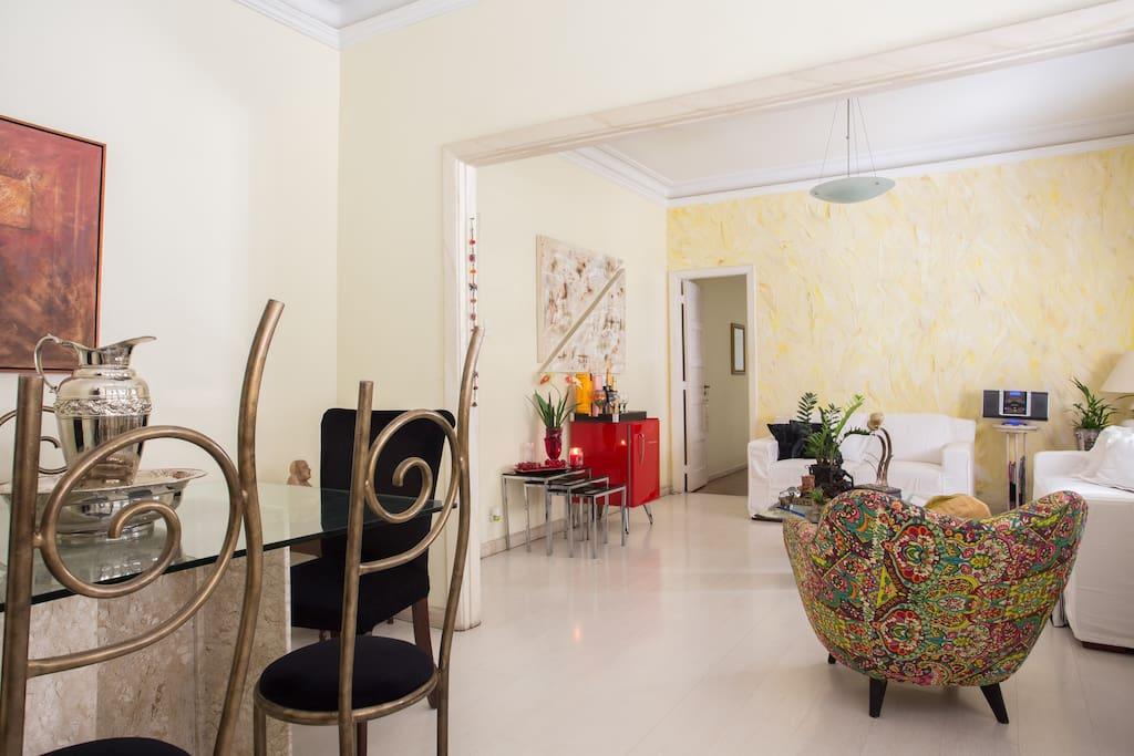Sala aconchegante com dois ambientes e frigobar.