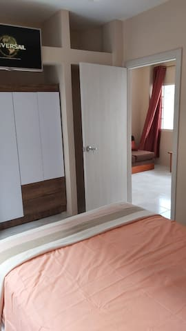 Cómoda y acogedora habitación con TV y A/C