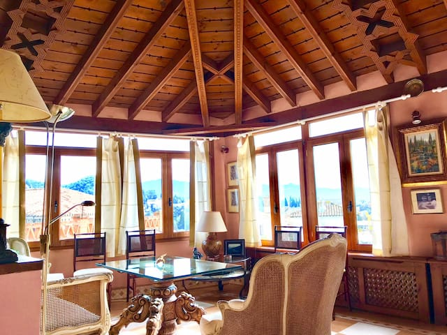 Salón torre con vistas Alhambra / Sitting room in tower with views of the Alhambra