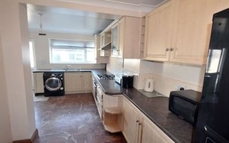 Furnished rooms in a spacious house - Uxbridge