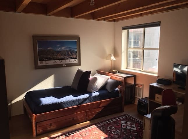 Bedroom in SoMa with private bath & parking!