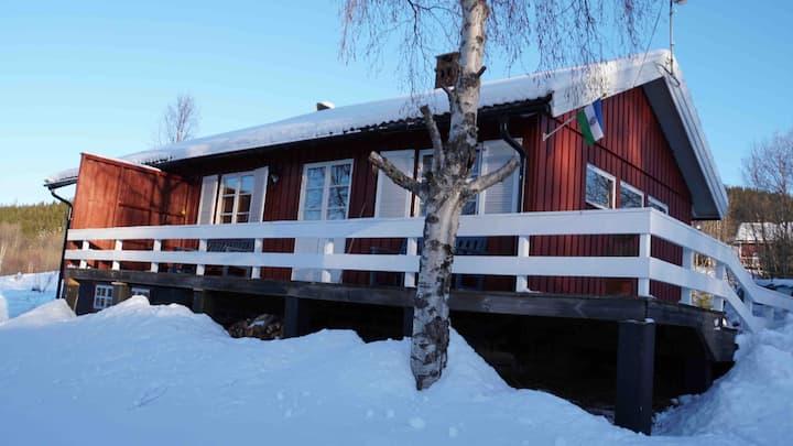 Mysigt hus beläget i Klövsjö By