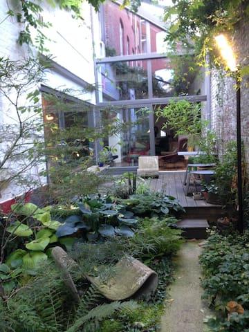 Une chambre design dans loft avec jardin - Lille - Bed & Breakfast