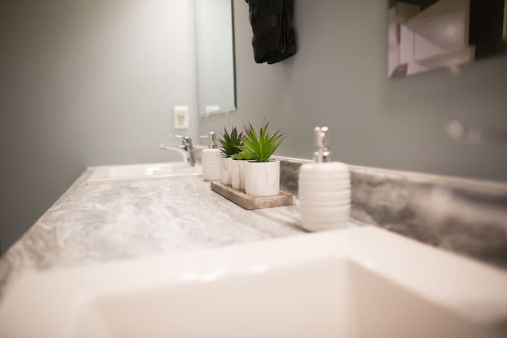 Uptown executive apt| 5 mins to highway| laundry