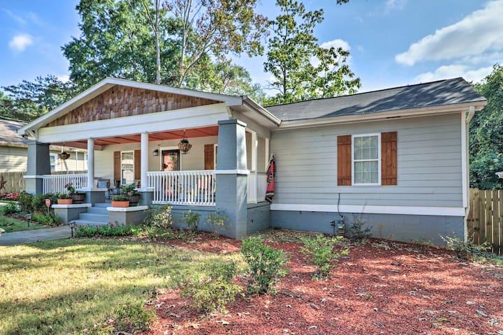 Updated Farmhouse w/Backyard, 10Mi to Dtwn Atlanta