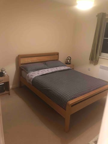 Ty Harlech Luxury Apartment. En suite room.