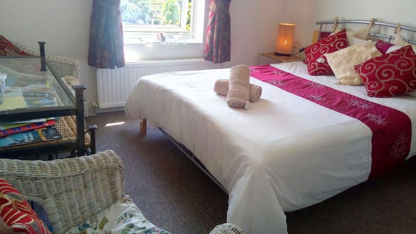 It's a very comfortable and cosy room with a king-sized bed and 2 chairs. The room overlooks a pleasant south east facing view, 'sehr gemütlich'