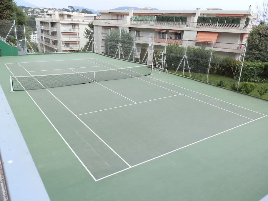 The residence's tenis court