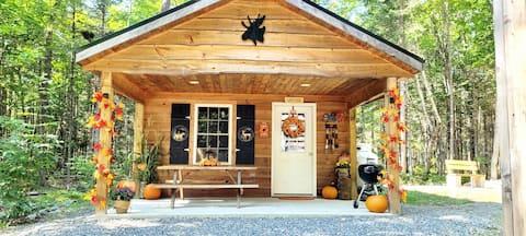 Modern Cabin Along River. 20min to Moosehead Lake!