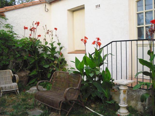 Joli T1 en RC avec rez de jardin et piscine d'été - Le Boulou - Apartment