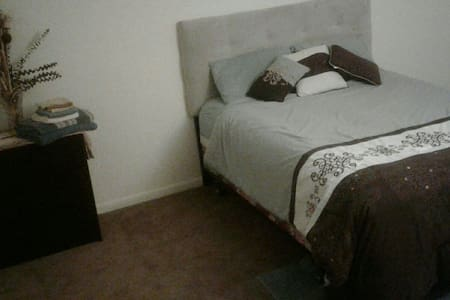Tranquil 1 BD with Parking & Field - Newark