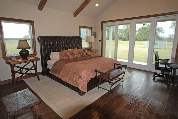 Green Oaks Cattle Company - Texas Guesthouse - Madisonville