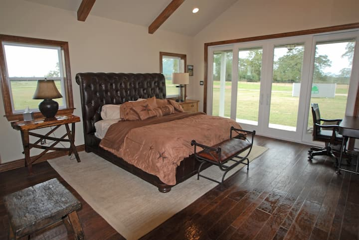 Green Oaks Cattle Company - Texas Guesthouse