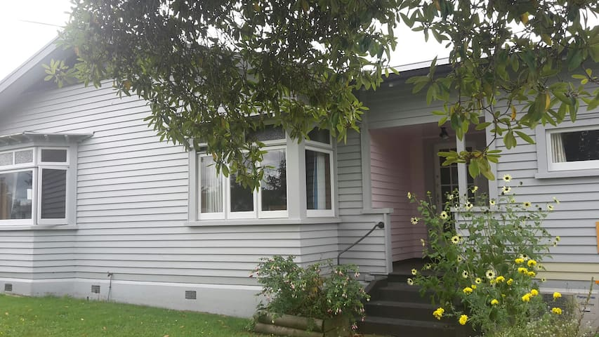 Double room central Matamata family dinner incl.