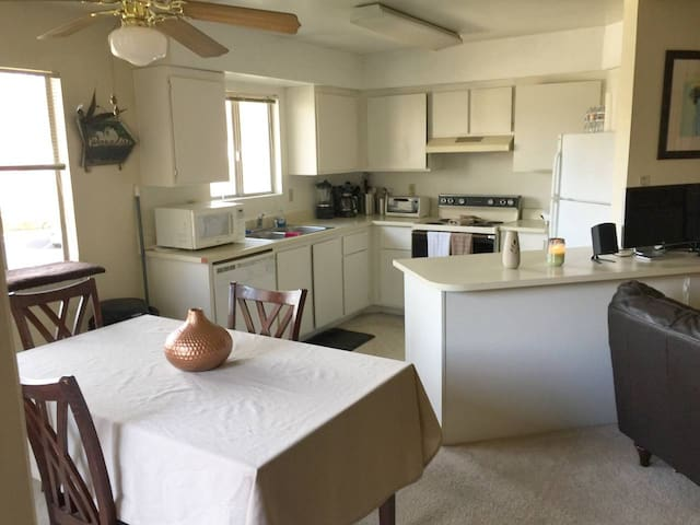 *Sunny 2 Bed/2 Bath - Close to everything!*