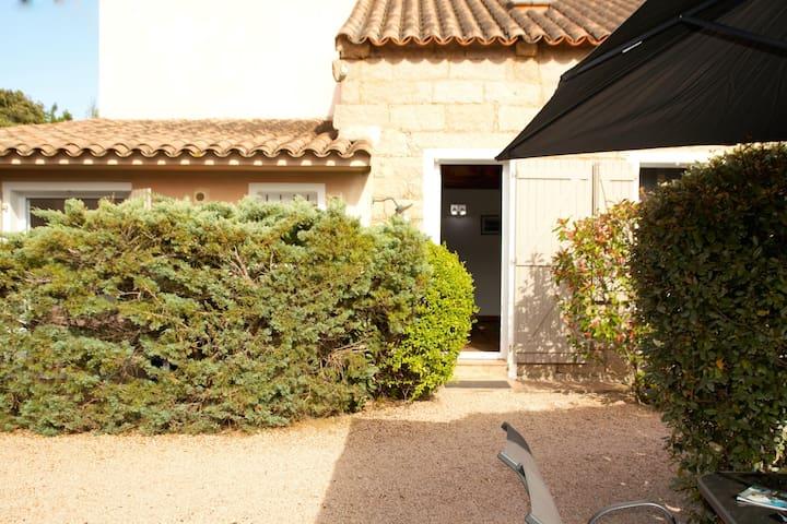 maison en pierre tout confort à 2km de la magnifique plage de Santa Giulia coin jardin à l'abri des regards