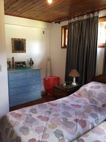 Quarto com duas camas de solteiro no primeiro andar