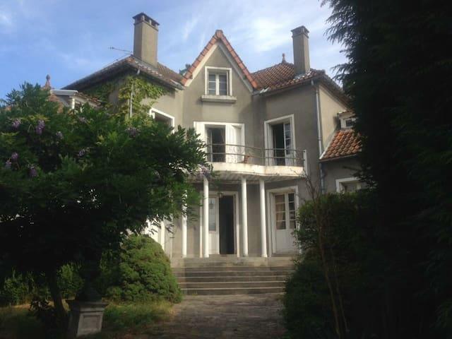 Très belle maison d'artistes avec parc - Mourioux-Vieilleville - Ev