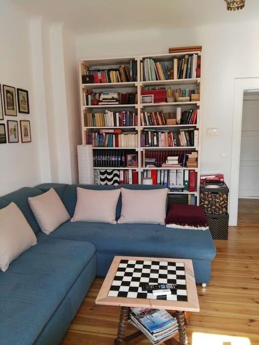 Wohnzimmer mit gemütlichem Sofa