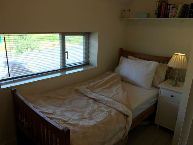 single room in South Ascot