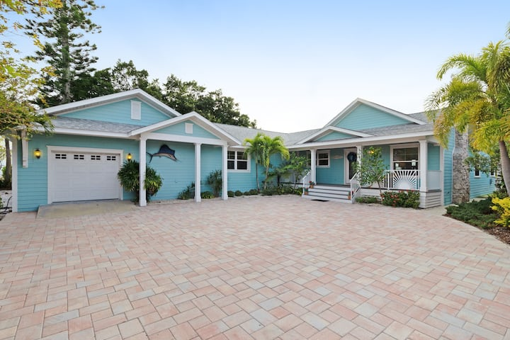 Cozy, waterfront bungalow with vintage flair - dogs are welcome!