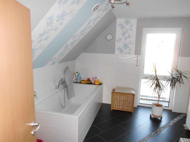 Badezimmer mit XXL-Badewanne
