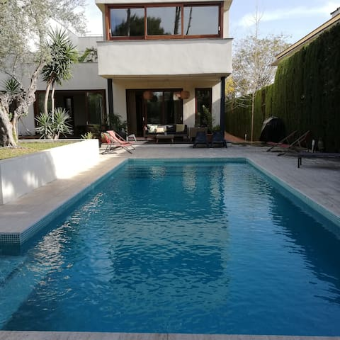 VILLA WITH GARDENS AND SWIMMING POOL