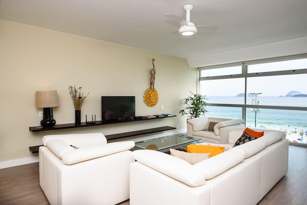 Ampla sala de estar com vista para a praia