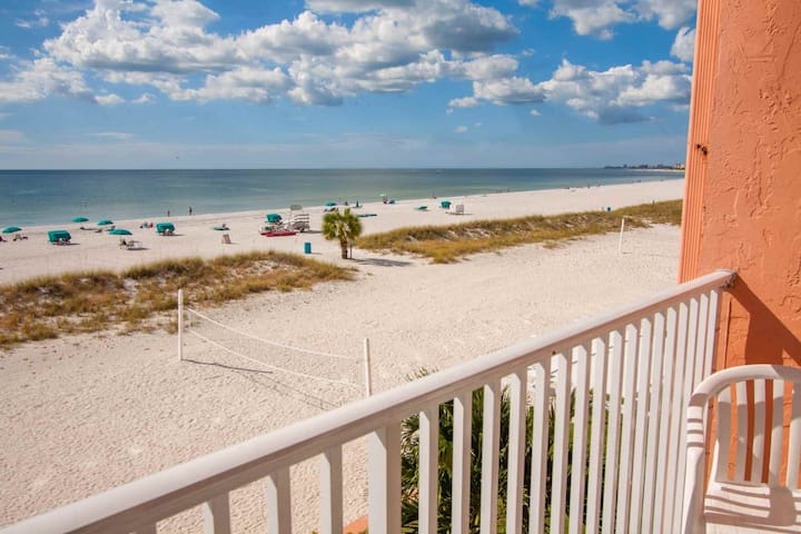 Beachfront Accommodations Directly Overlooking the Sand on Wonderful Treasure Island! - Treasure Island - Kondominium