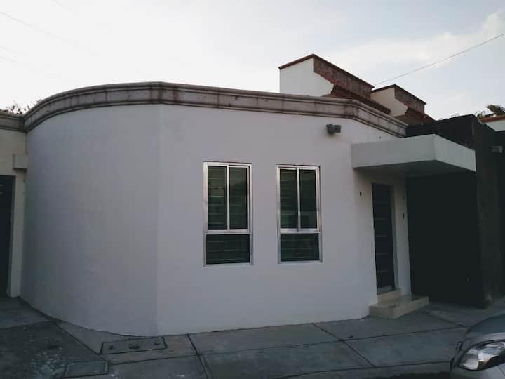 Amplia casa, comodas instalaciones cochera privada