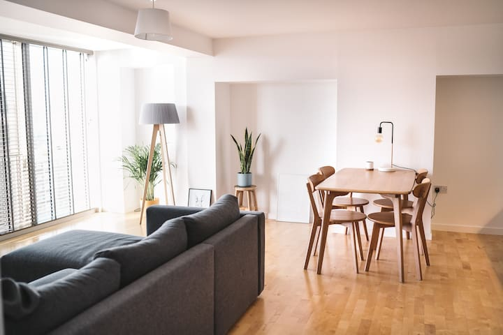Bright & airy Leeds city centre apartment