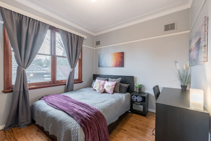 Carramar Private Room 1 minute walk to station..