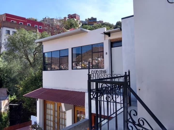 Habitación en 4to piso, cómoda e independiente.