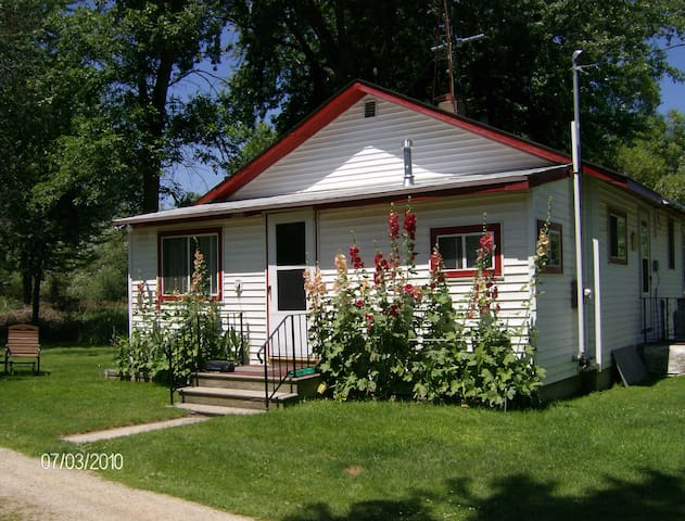 Cottage on Fox River -EAA Housing or quiet getaway