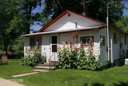 Cottage on Fox River -EAA Housing or quiet getaway - Omro - Casa