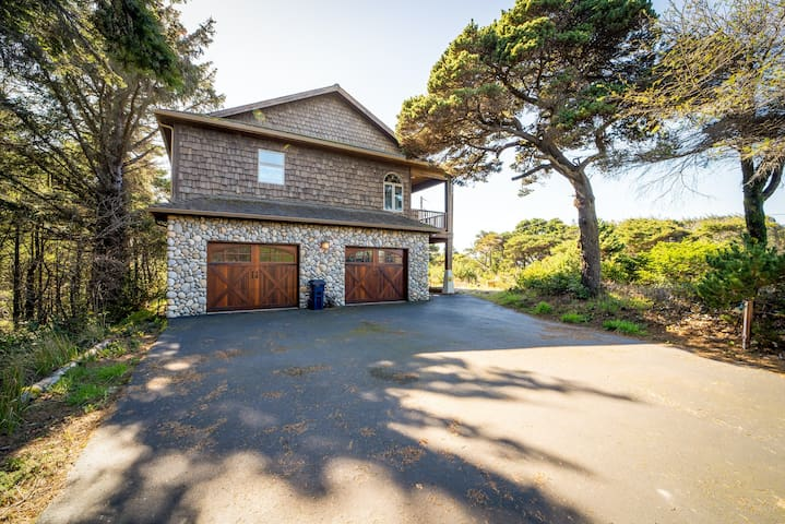 Beautiful ocean view home w/ private hot tub, large deck, close to the beach!