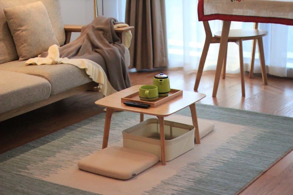 客厅一角,可以在小茶桌上喝茶叙旧哦