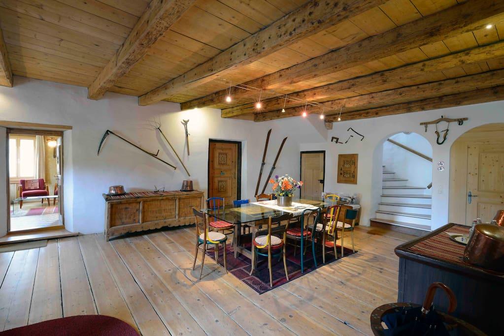 Halle im Erdgeschoss mit Esstisch für 13 Personen