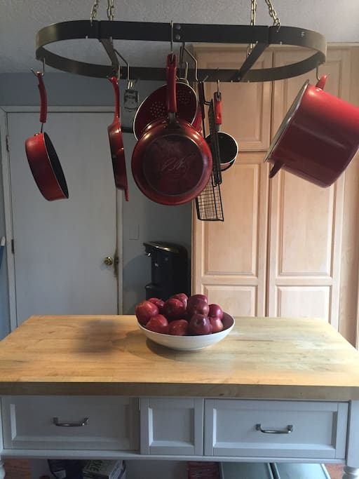 All your cooking needs easily accessible, also with a bowl of fresh fruit upon your arrival.