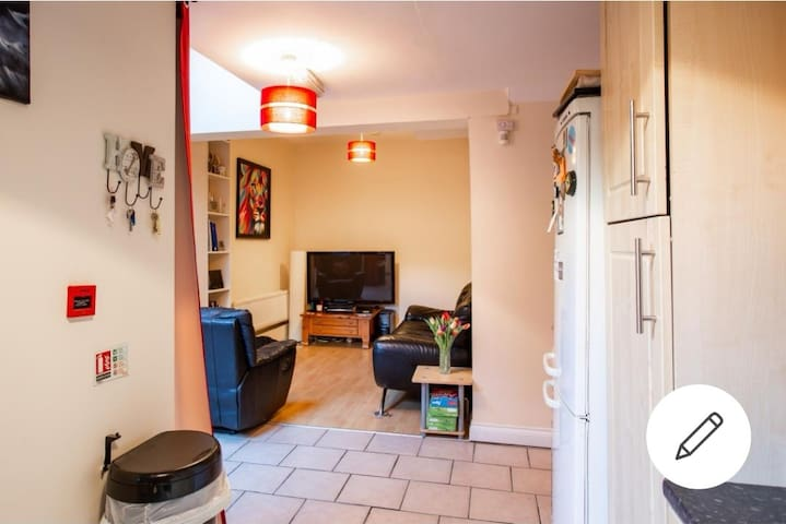 Double room, close to city centre. (1 of 3)