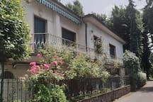 La facciata della villa vista dal lato della traversa privata