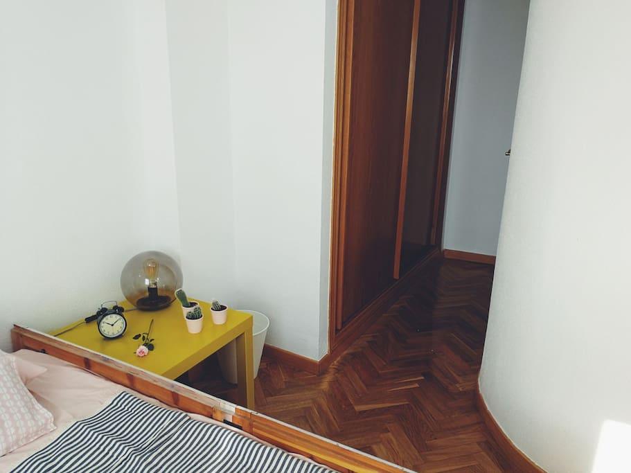 Habitación privada para dos, con armario.