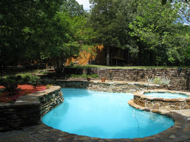 POOL/HOTTUB/POND: 4LEVEL HOME ON 10 ACRES SLEEP 26