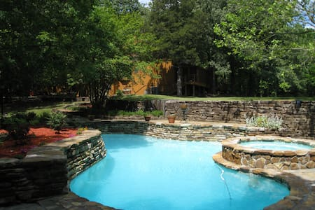 Rustic home on 10 wooded acres. - Southaven - Casa