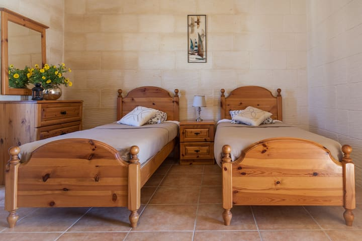 Twin bedroom in 'Sunny Houses' Nadur - Nadur - Ev