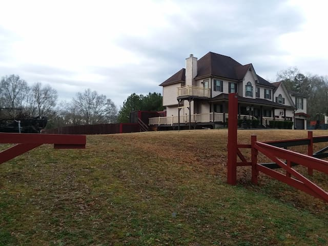 Large modern country home 3200 sq ft on 6.5 acres