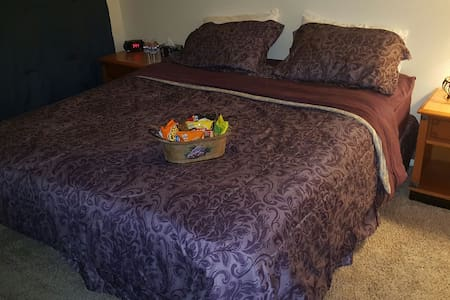 Spacious master bed w/ Private bathroom. - Las Vegas
