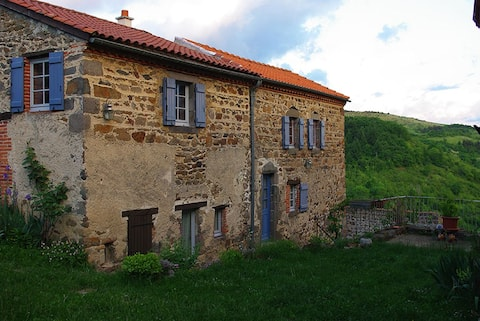 Maison avec vue dans un village médiéval perché