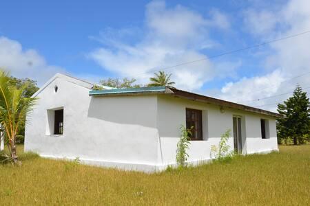 Grande maison à Lifou sur terres coutumières